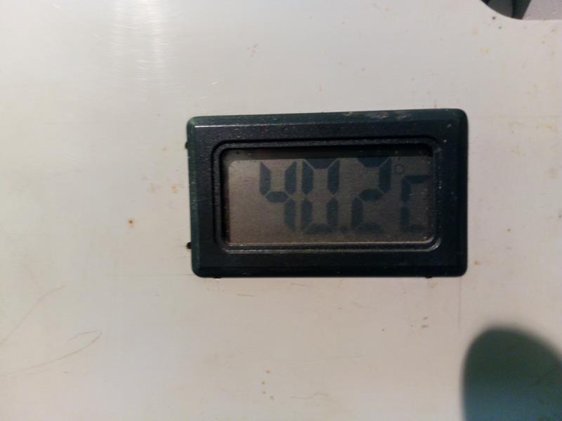 Termometr elektroniczny wskazujący temperature paneli słonecznych