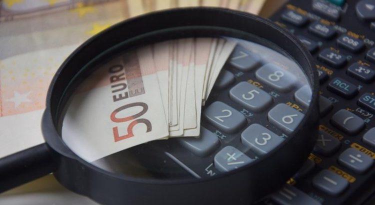 Kalkulator, lupa, pieniądze