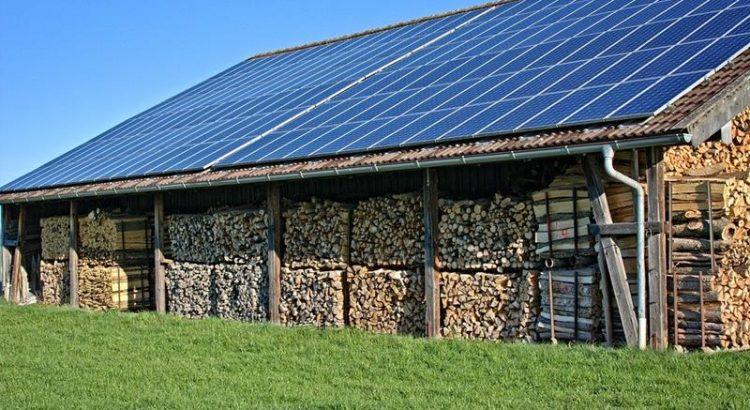 panele fotowoltaiczne na budynku gospodarczym